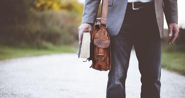 Męskie torby na ramię - moda w parze z funkcjonalnością!