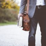 Męskie torby na ramię – moda w parze z funkcjonalnością!