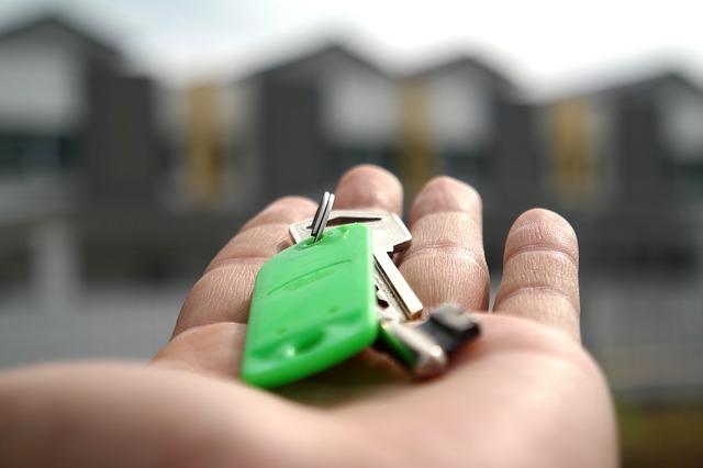 Sprzedaż domu - bezpośrednio czy z agencją?